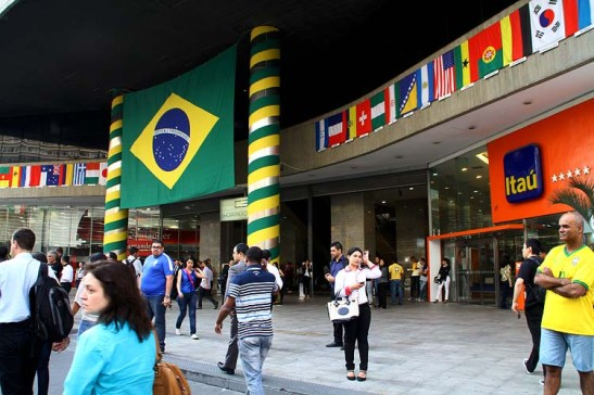 O Shopping Center 3 estava decorada com bandeiras de todos os países participantes da Copa