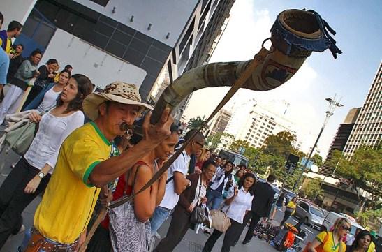Este nissei veio do bairro do Grajaú com seu berrante e deu de presente um par de botas ao Elvis