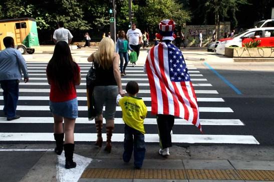 ... enquanto isso, um torcedor dos EUA atravessava a avenida com seu filho com camiseta do Brasil