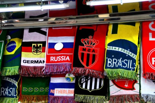 Estes cachecóis na semana passada estavam a R$ 25,00 e com a Copa em andamento já aumentaram para R$ 35,00. Após a Copa deve baixar de preço, aí dá para comprar para souvenir.