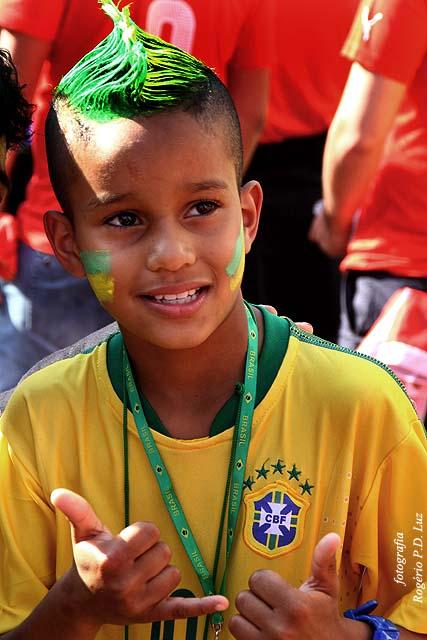 O torcedor mirim brasileiro com penteado nas cores do Brasil e à la Neymar foi uma atração para fotos.