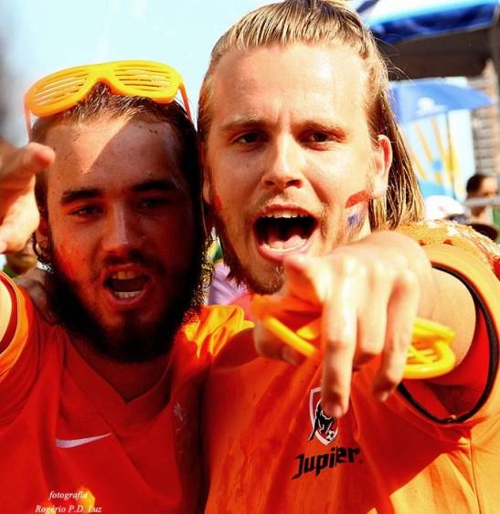 Os holandeses comemorar o gol da sua seleção
