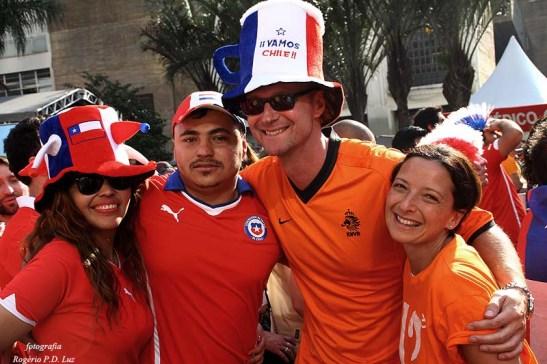 Confraternização entre as torcidas chilenas e holandesas era comum de se ver.