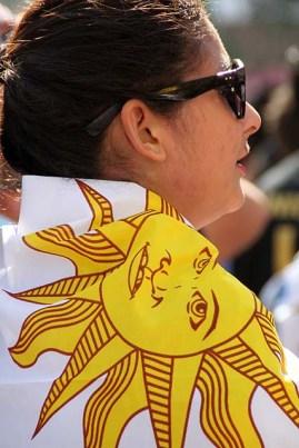 Torcedora uruguaia envolta com bandeira do seu país