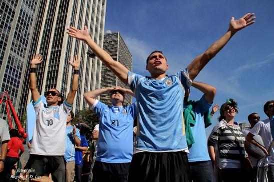 Torcida uruguaia com a sua camisa azul celeste, cor da bandeira do Uruguai.