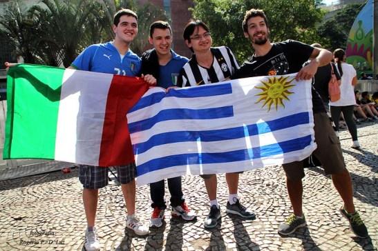 Confraternização entre torcedores italianos (esquerda) e uruguaios
