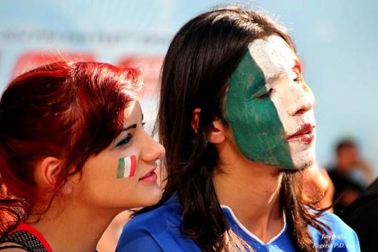Casal de torcedores italianos desolados