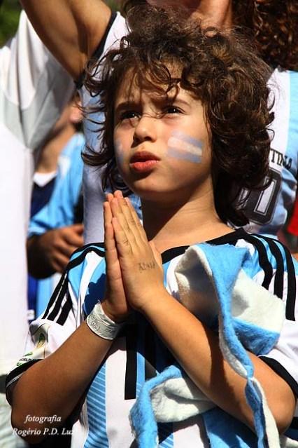 """Este pequeno torcedor argentino foi destaque para minha câmera e mereceu este bom comentário no Facebook; """"expressa o patriotismo e a fé, a esperança que existe no coração de uma criança""""."""