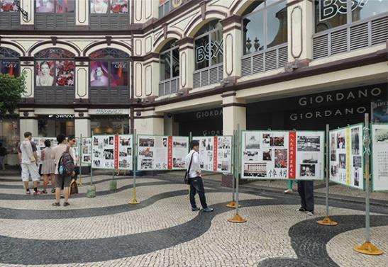 Exposição no Largo de São Domingos dos acontecimentos de Tianamen, que no continente chinês não seria permitida. Foto do Jornal Tribuna de Macau.