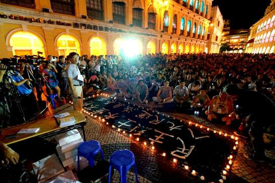 O Largo do Senado ocupado por milhares de pessoas na vigília pelo aniversário da data (foto de Manuel Cardoso/Macau)