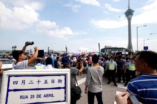 e no dia seguinte houve esta concentração pressionando a Assembleia Legislativa  de Macau. Foto de Manuel Cardoso/Macau