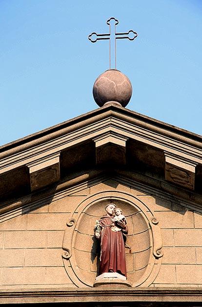 Imagem de Santo António  na fachada da Igreja em Macau