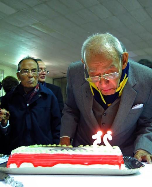 Rui de Senna Fernandes,  o mais velho associado da CMSP assopra as velas dos 25 anos. Uma justa homenagem.