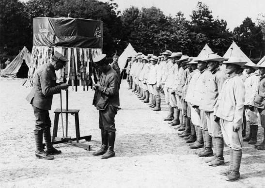 A entrada para o Campo dos Operários chineses 'perto da fábrica de munições de Vonges, França.  (In Flanders Fields Museum, Ypres)