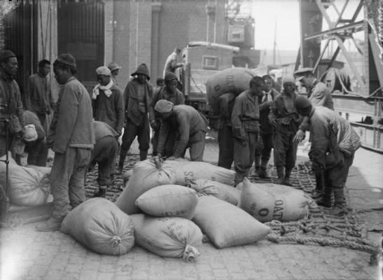 Movimentando sacos de carga de aveia Onto um caminhão em Boulogne