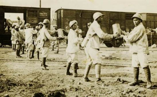 Carregando munição e bombas para um trem/comboio (Kautz Family YMCA Arquivos da Universidade de Minnesota)