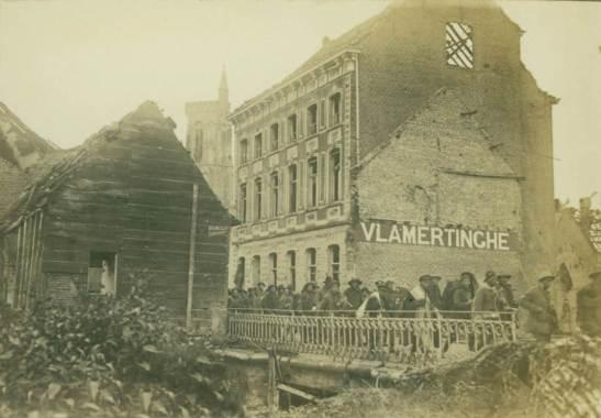 Trabalhadores chineses deixar a vila em ruínas de Vlamertinghe em seu caminho para o trabalho.  (Copyright: In Flanders Fields Museum.