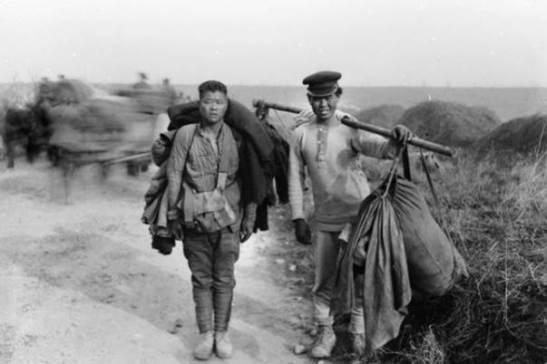 Operários chineses carregam seus equipamentos na retirada inglesa da França em 24 de Março de 1918. (Australian War Memorial Collection)
