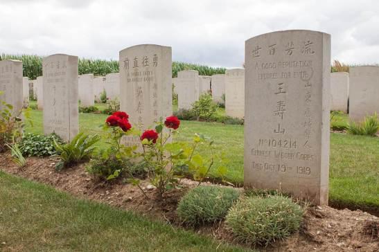 Túmulos no Cemitério Nolette chinês, o lugar do enterro de cerca de 850 trabalhadores chineses  que morreu durante a Primeira Guerra Mundial, em Noyelles-sur-Mer, no norte da França