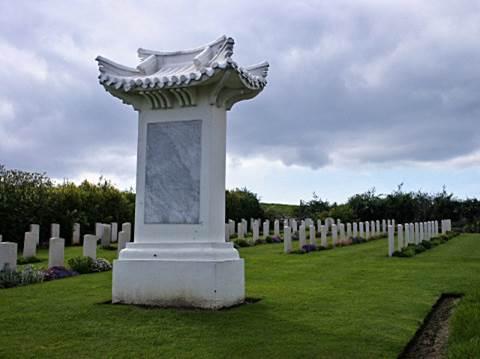 - St Etienne Cemitério na França - Memorial inscrição em chinês, francês e Inglês:  À memória dos Trabalhadores CHINESAS