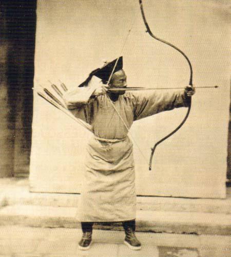 Arqueiro manchu. Foto de John Thomson (ca. 1870) publicada em llustrations of China and its people. (Arquivo Livros do Oriente)