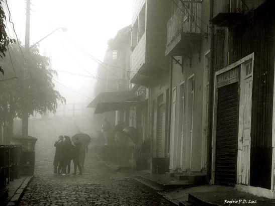 Nevoeira na ruas da parte alta, uma constância
