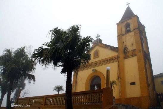 Logo na chegada de ônibus avista a Igreja do Senhor Bom Jesus de Paranapiacaba lá no alto