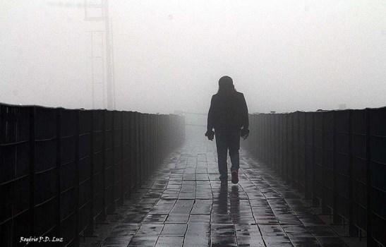 A travessia da ponte metálica que liga a parte  alta e a baixa, em dias de nevoeiro é anda para o nada