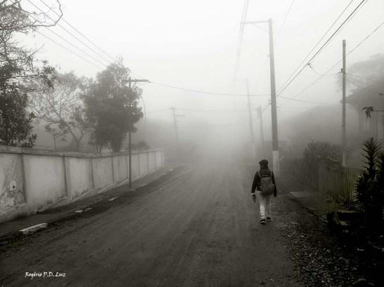 Andar pelas ruas com nevoeiro não permitia vislumbrar para onde a gente ia.