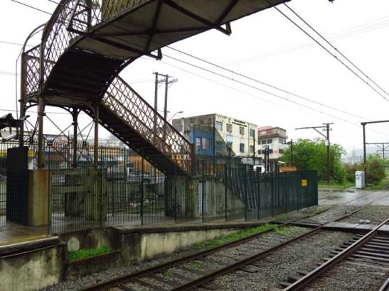 Em Rio Grande da Serra, para pegar o ônibus para Paranapiacaba: atravesse a linha do trem, vire à direita e depois à esquerda e vai ver os ônibus azuis, conforme podem visualizar pela foto.