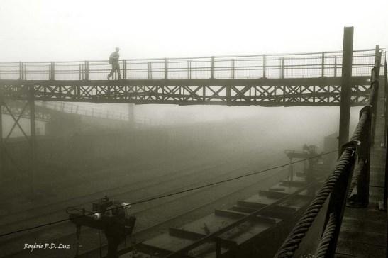 A ponte metálica sobre os trilhos