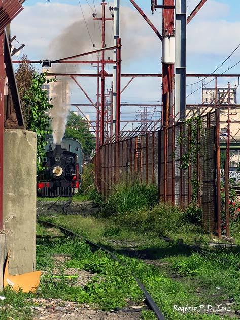 O trem sege de ré até o pátio onde funciona a oficina de manutenção e restauração da associação ABPF.