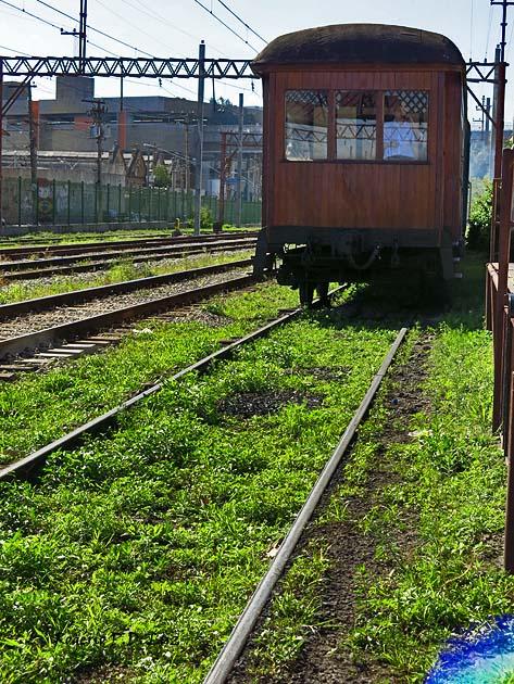 O vagão de madeira de 1922 puxado pelo Maria Fumaça