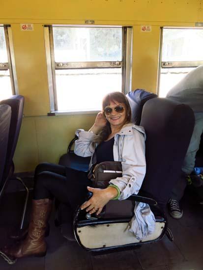 Viajamos no vagão de aço da década de 50 que lembrava os tempos em que o transporte de passagiros por ferrovia chegava a Santos, no litoral de São Paulo. Os assentos são originais. O espaço fazia inveja aos apertados assentos de aeronaves.