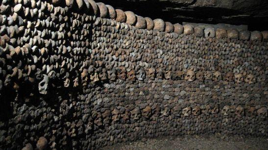 Ossos arrumados nas Catacumbas de Paris (Wikimedia Commons)