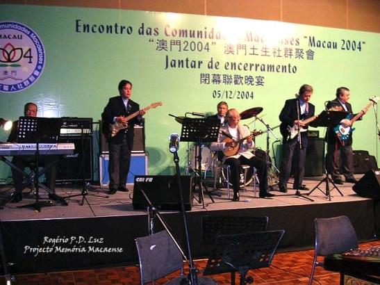 """The Thunders a interpretar """"Macau (terra minha)"""". Sentado, Adalberto Remédios, no bandolim, foi o convidado especial para tocar na canção-hino dos macaenses."""