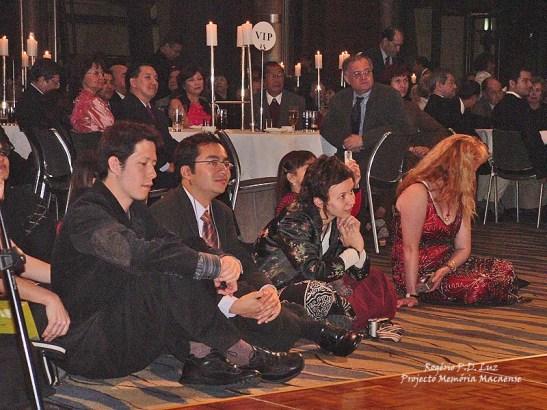 O público em silêncio ouvia a canção Macau. Na foto, em destaque, a menina no meio da 1ª fila.