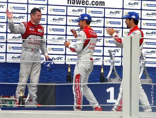 No pódio, Tom Kristensen que despéda das pistas é saudado por seus companheiros de equipe Lucas Di Grassi e Loic Duval, que terminaram em 3º com o carro nº 2 da Audi.