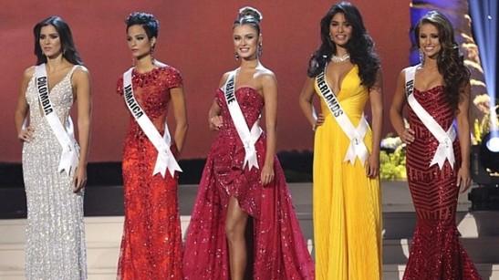 As cinco finalistas: Miss Colômbia, Miss Jamaica, Miss Ucrânia, Miss Holanda e Miss Estados Unidos - Alexander Tamargo/AFP