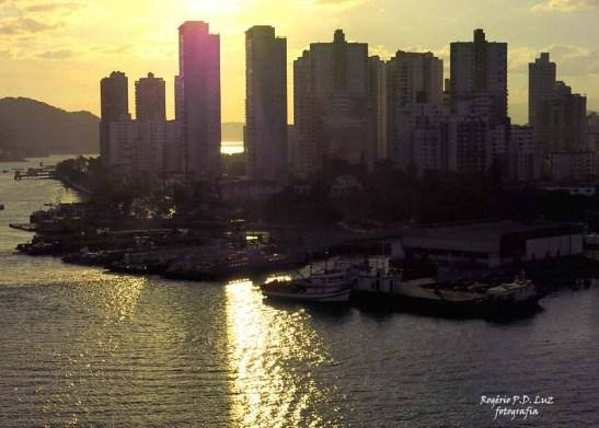 Cidade de Santos, estado de São Paulo no fim do canal e acesso ao alto mar