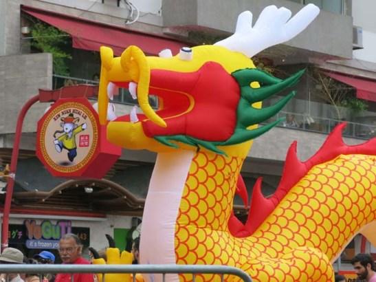 Um grande dragão inflável é o símbolo tradicional da festa chinesa na Liberdade