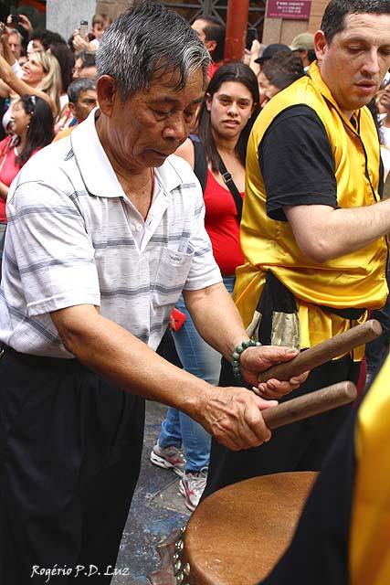 A dança é tradicionalmente acompanhada por gongos, tambores e fogos-de-artifício, representando uma chuva de boa sorte (Wikipédia)