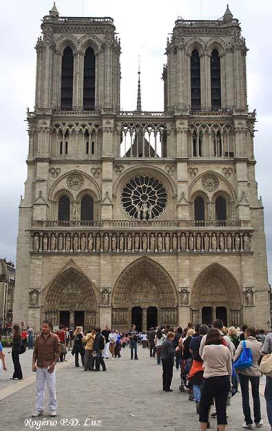 Longa fila para entrar no interior da catedral