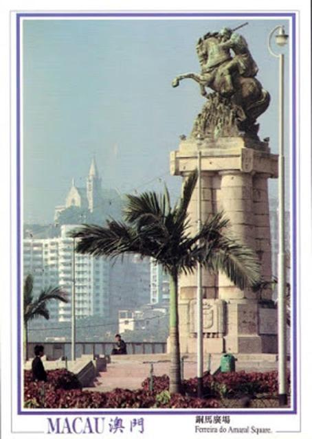 A estátua em Macau. Origem: postal dos anos 70.