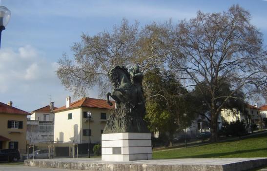 A estátua sobre um minúsculo pedestal