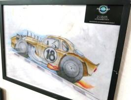 A pintura é do promotor do evento Paulo Soláriz que é 'o primeiro artista plástico a trabalhar profissionalmente com o tema automobilismo no Brasil' conforme seu site