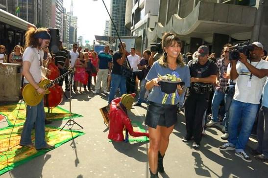 Sabrina Sato e artistas de rua (13)