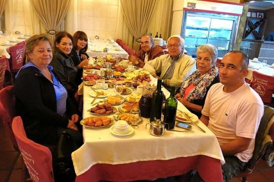 Inevitável experimentar e conhecer o que é um Café Colonial, uma atração turística da gastronomia de Gramado.