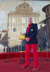 O Pedro Almeida todo cheio de estilo com emblema português no seu paletó/casaco