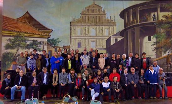 """""""Nós somos a Casa de Macau de São Paulo"""" - Parte dos participantes da festa reuniu-se para uma fotografia coletiva para a posteridade."""